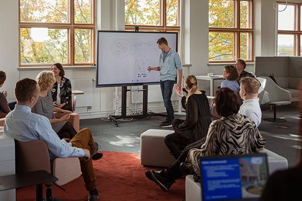 Kuvassa ihmisiä Helsinki Education Hubin tiloissa.