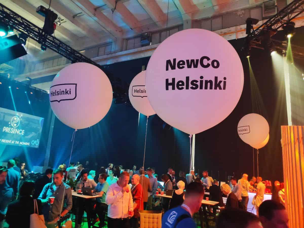Isot ilmapallot, joissa Helsingin kaupungin ja NewCo Helsingin logot, messutapahtumassa.