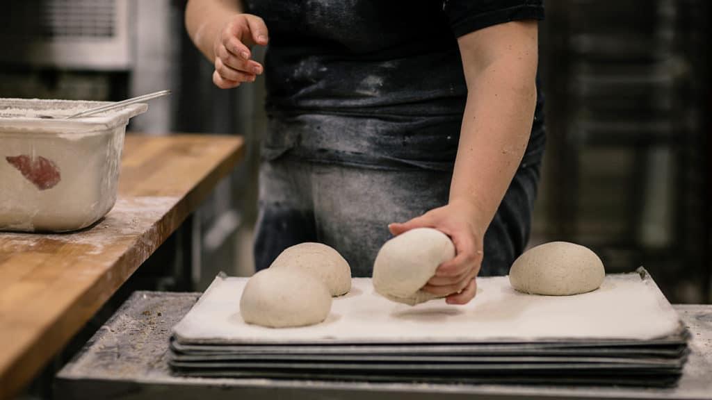 Leipuri leipomassa leipää.
