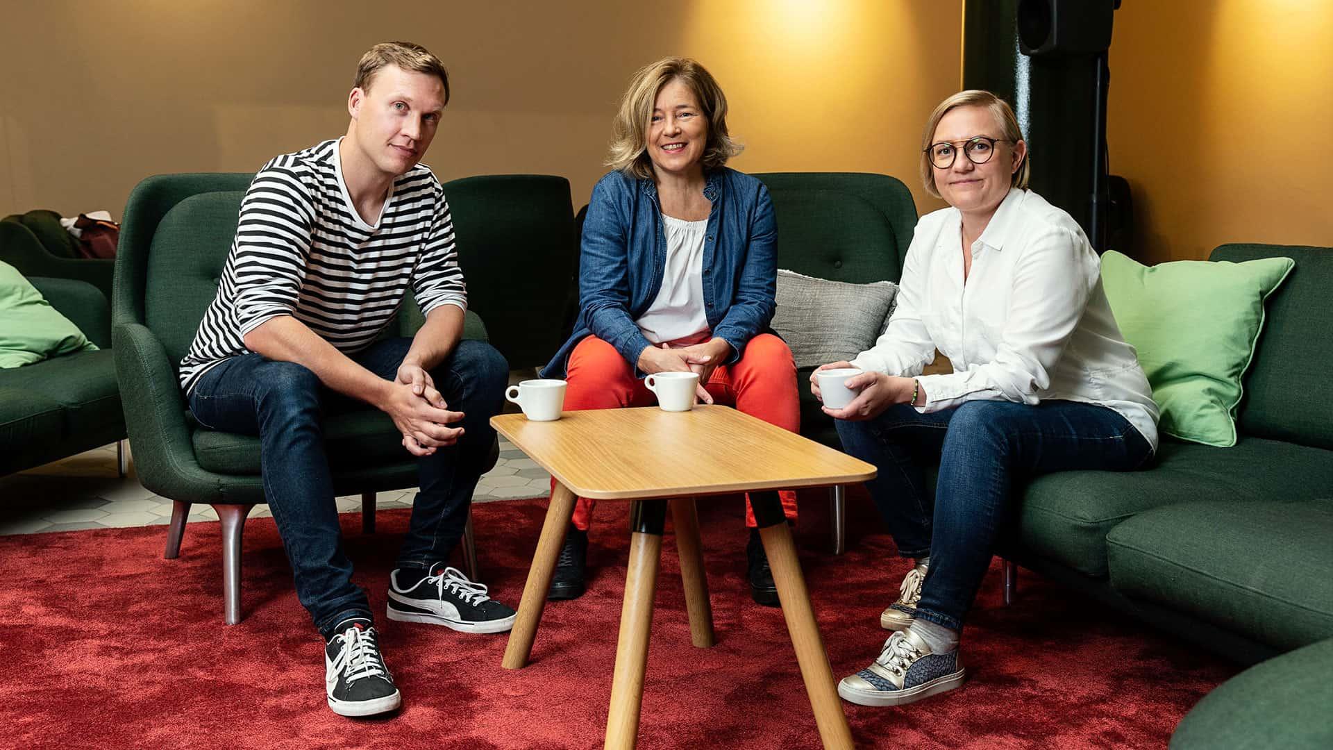 Kolme yrittäjää poseeraa kameralle.