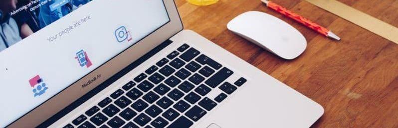 Kannettava tietokone pöydällä.